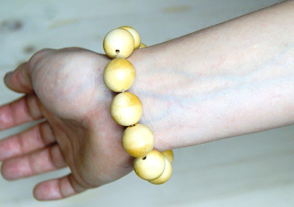 браслет из деревянных шариков