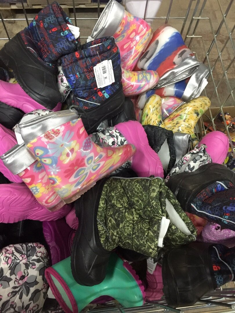 В интернет-магазине Беру розовые сапожки с цветочками стоят 446 руб.