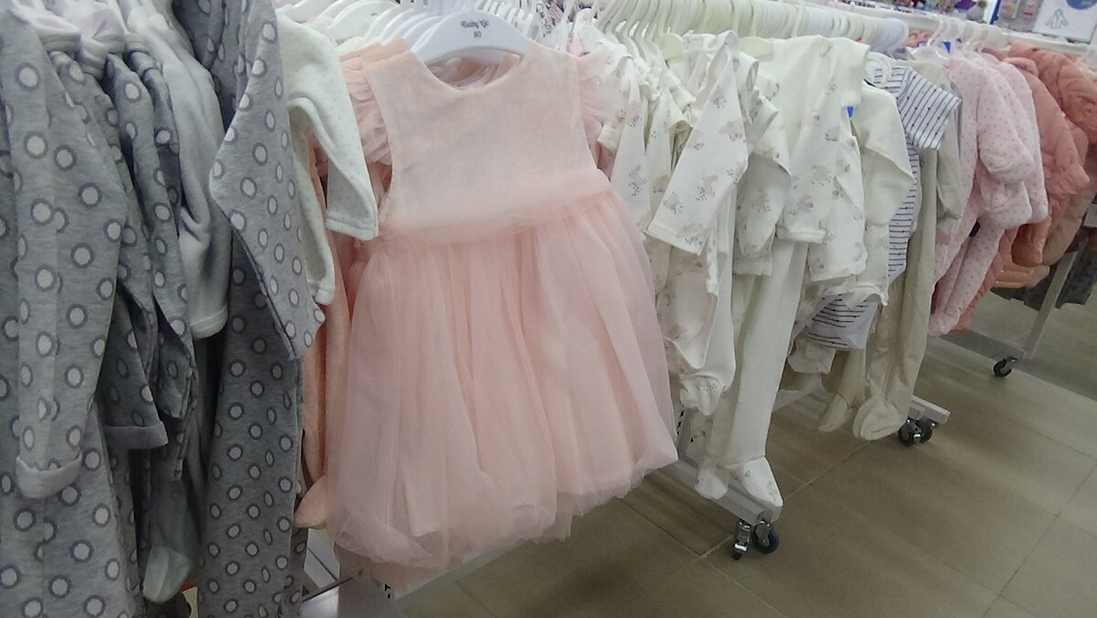 Розовое воздушное платье для девочки.