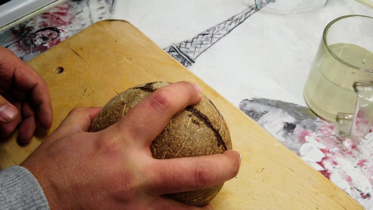 """Пробуем """"стукать кокос по твердой поверхности по заранее намеченой линии"""""""