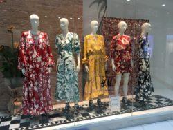 Витрина H&M с летними платьями