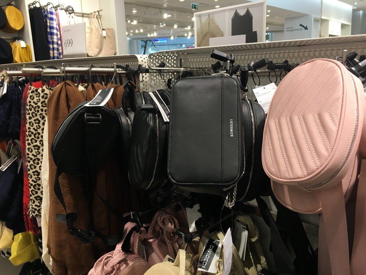Поясные сумки тоже еще продают. Например, вот эта розовая - 1199 руб.