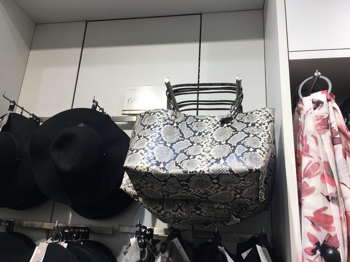 Сумка-шопер со змеиным принтом из H&M